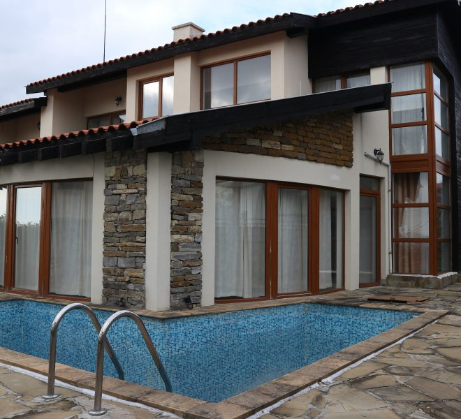 Къща със земя с камина и басейн